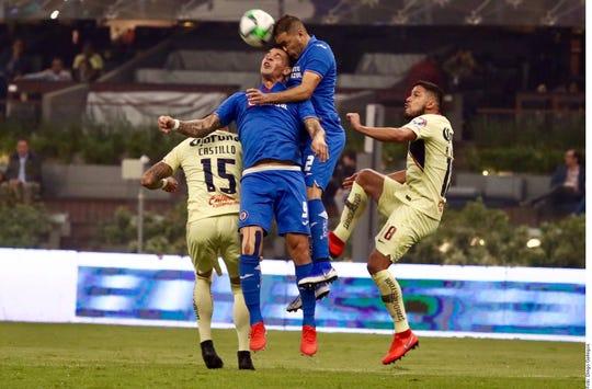Acciones del partido entre Cruz Azul y América en la ida de Cuartos de Final.