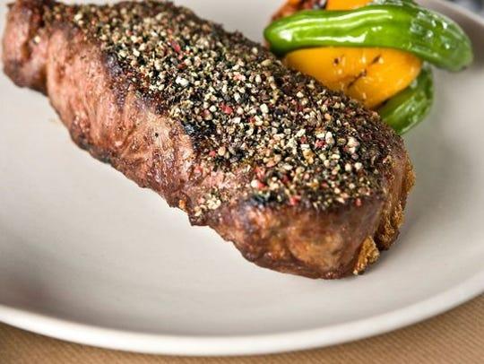 El menú en J&G Steakhouse en The Phoenician chisporrotea con excelentes bistecs.