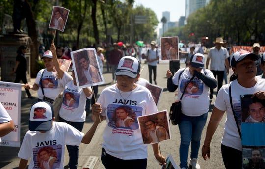 Miles de madres de mexicanos que han desaparecido marcharon el viernes en ciudades en todo el país para conmemorar el Día de las Madres y exigir a las autoridades que encuentren a sus hijos, o por lo menos sus cuerpos.