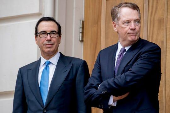 El secretario del tesoro de EEUU, Steve Mnuchin (izq.) y el Representante de Intercambio Comercial Robert Lighthizer, esperan al representante de China.