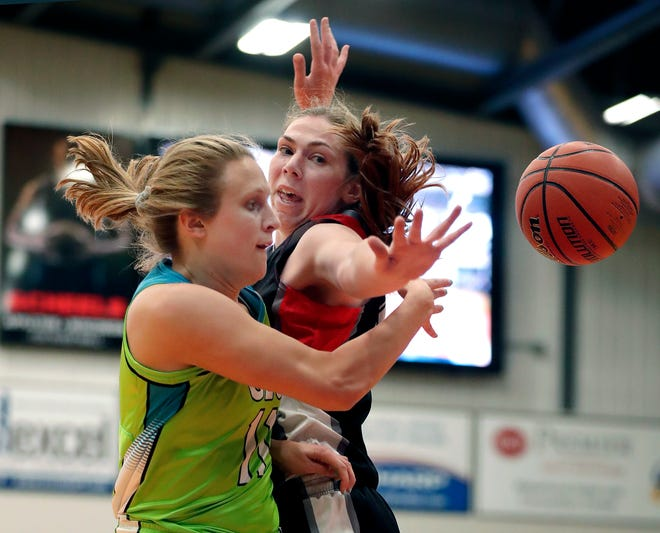 The Wisconsin Glo's Eliza Campbell, left, is defended by Flint's Rachel Kehoe in May.