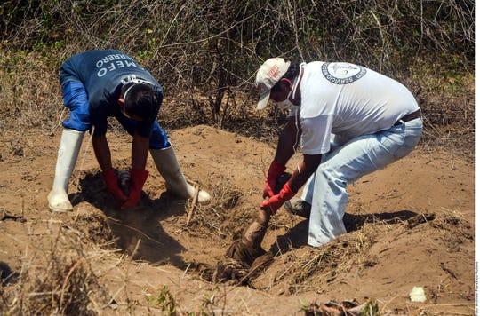 Hallan cadáveres en fosa, en México.