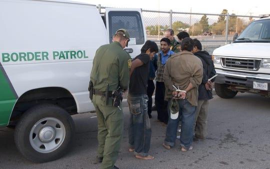 Agentes de la Patrulla Fronteriza arresta a inmigrantes indocumentados.