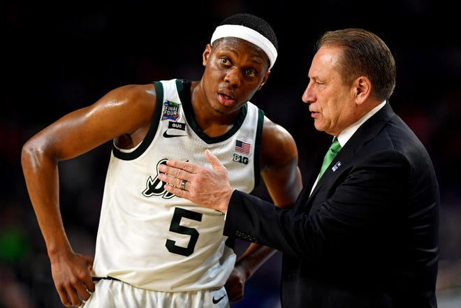 Michigan State Spartans guard Cassius Winston (5) talks to Michigan State Spartans head coach Tom Izzo during the second half against the Texas Tech Red Raiders in the semifinals of the 2019 men's Final Four