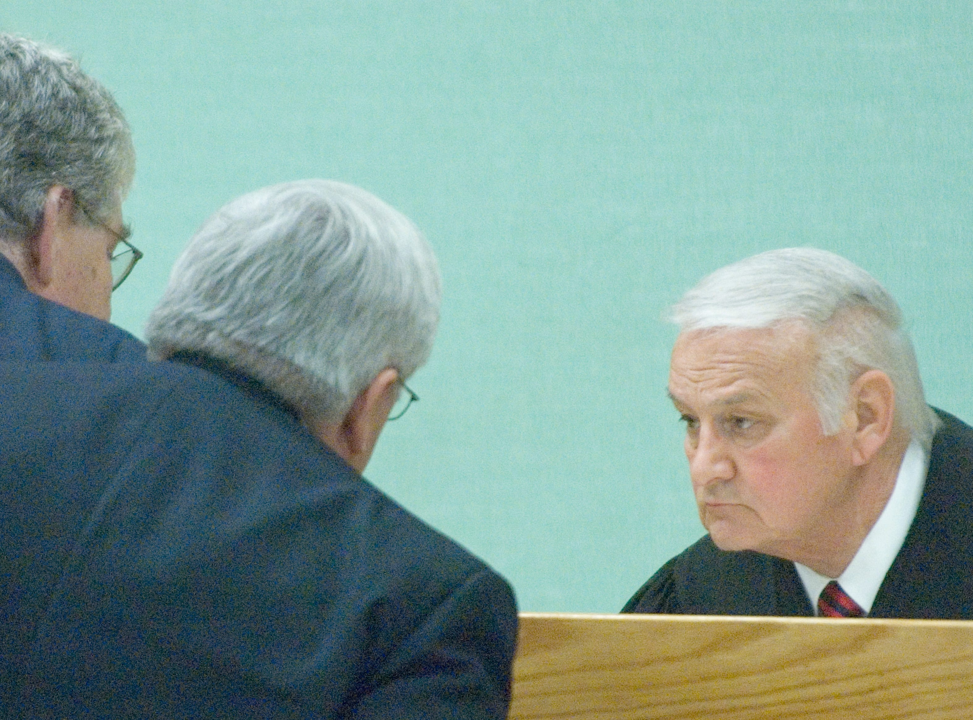 """Special Judge James R. """"Buddy"""" Scott Roane County Circuit Court , right, confers with Defense attorney Randy Rogers, left,f and  Special prosecutor Kenneth Irvine Jr., center. Wednesday, December 17, 2008"""