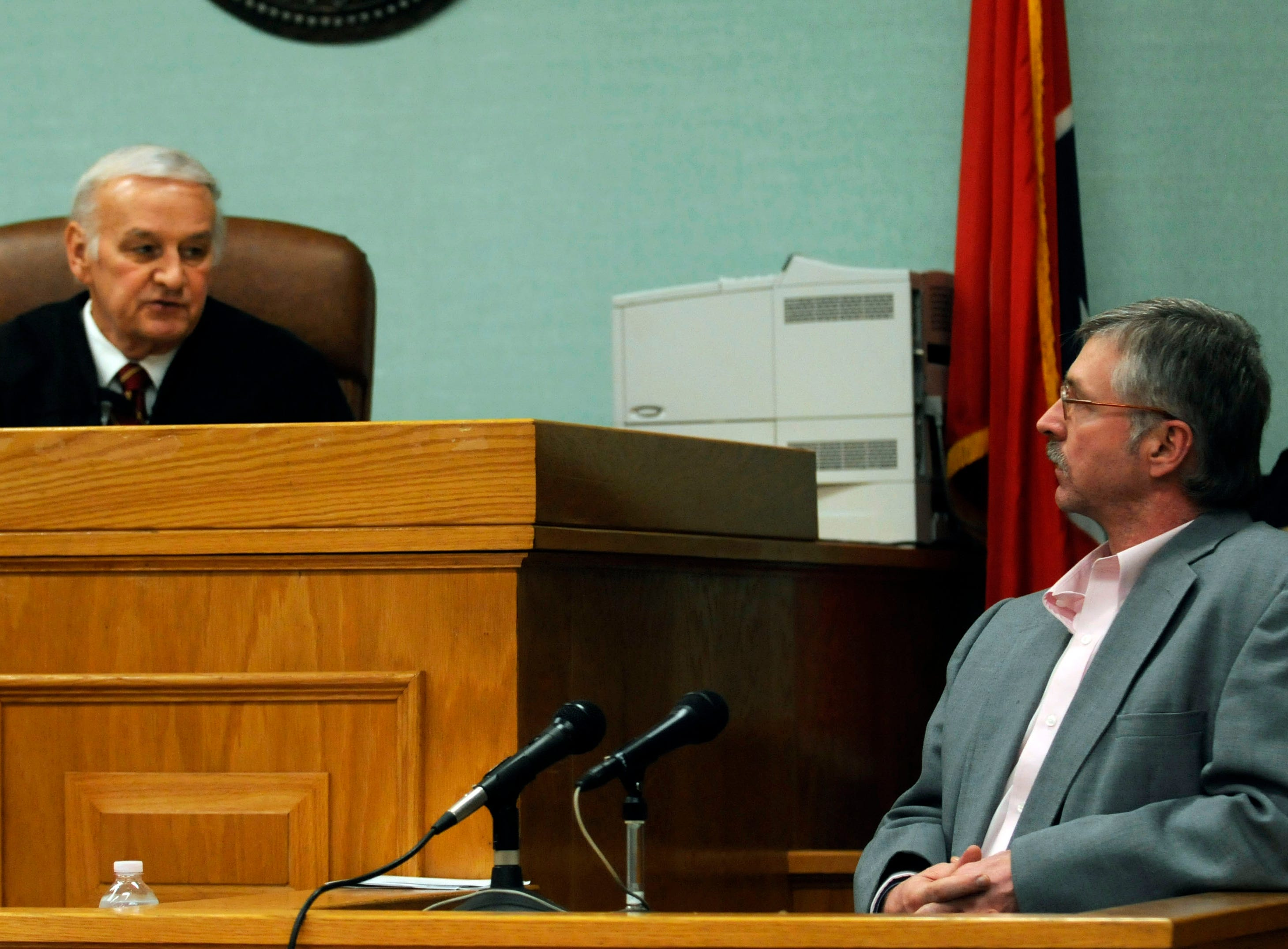 """Special Judge James B. """"Buddy"""" Scott shows Rocky Houston his waiver of his right to testify in Roane County Circuit Court on Dec. 16, 2008."""