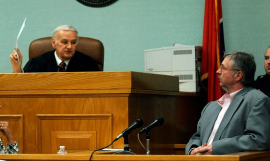 "Special Judge James B. ""Buddy"" Scott shows Rocky Houston his waiver of his right to testify in Roane County Circuit Court on Dec. 16, 2008."