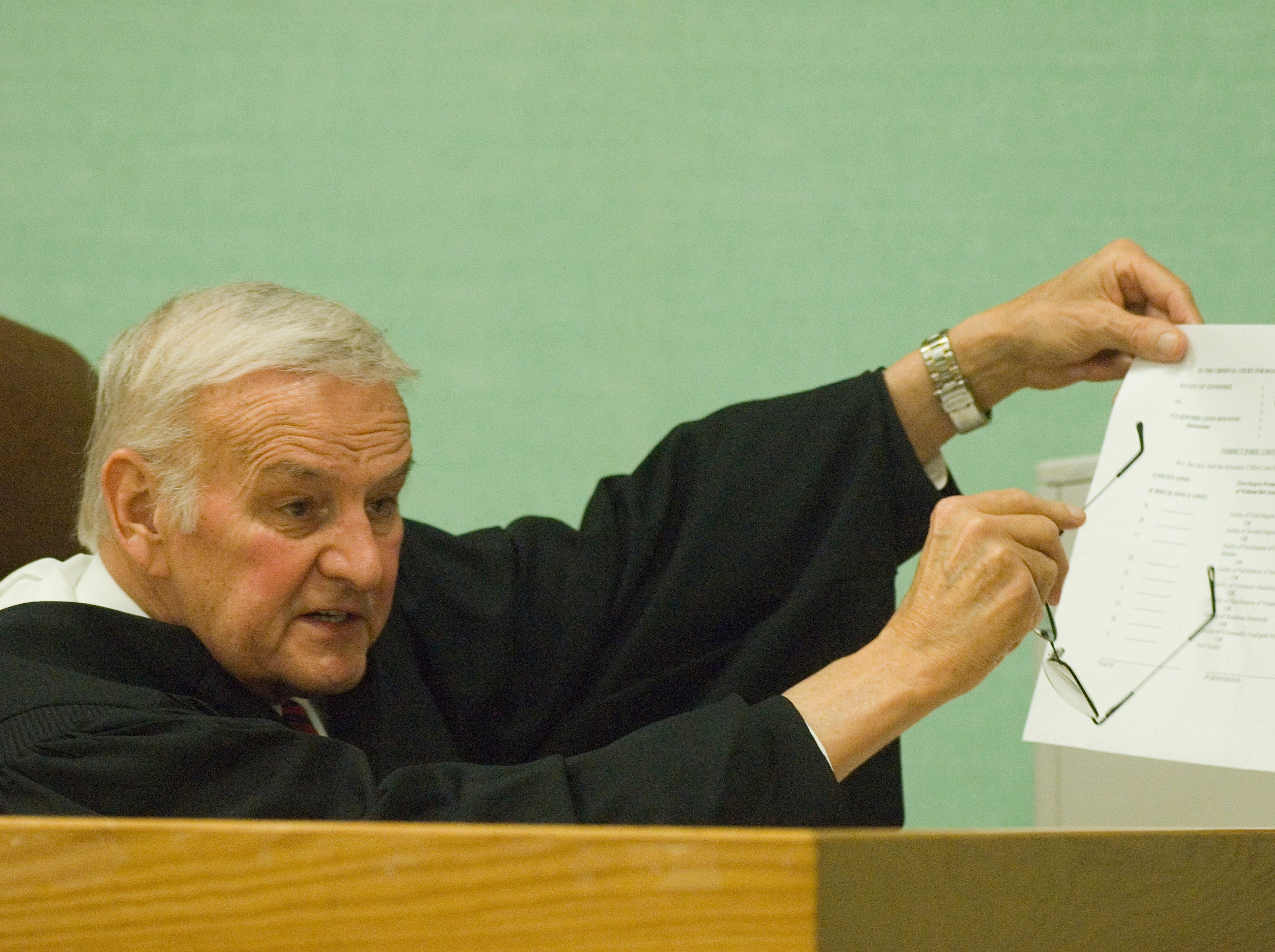"""Special Judge James """"Buddy"""" Scott explains the verdict form to jurors Wednesday as they prepare to start deliberations in the trial of Rocky Joe Houston, charged with two counts of first-degree murder. Wednesday, December 17, 2008"""