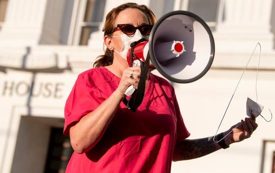 Una mujer protesta la recién aprobada ley que prohíbe el aborto casi en su totalidad en Alabama.