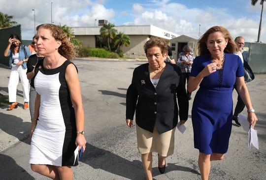 Las legisladoras Debbie Wasserman Schultz (D-FL), Donna Shalala (D-FL) y Debbie Mucarsel-Powell (D-FL) luego de recorrer el albergue migrante en Florida.