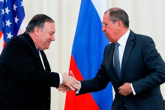 El secretario de Estado de Estados unidos, Mike Pompeo, da la mano a al canciller Serguei Lavrov.