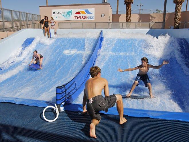 Rhodes Aquatic Complex (Mesa) | Se pueden ver a niños jugando en el Double FlowRider, un alberca que genera olas en este oasis acuático. Niños y sus padres pueden visitar una zona de chapoteaderos con cubetas de agua, y luego comer un picnic bajo grandes carpas azules. Detalles: Abrirá del 25 de mayo al 4 de agosto.El complejo está ubicado en el 1860 S. Longmore en Mesa. Contacto: 480-644-2550. Sitio web:https://www.mesaparks.com/parks-facilities/pools/rhodes