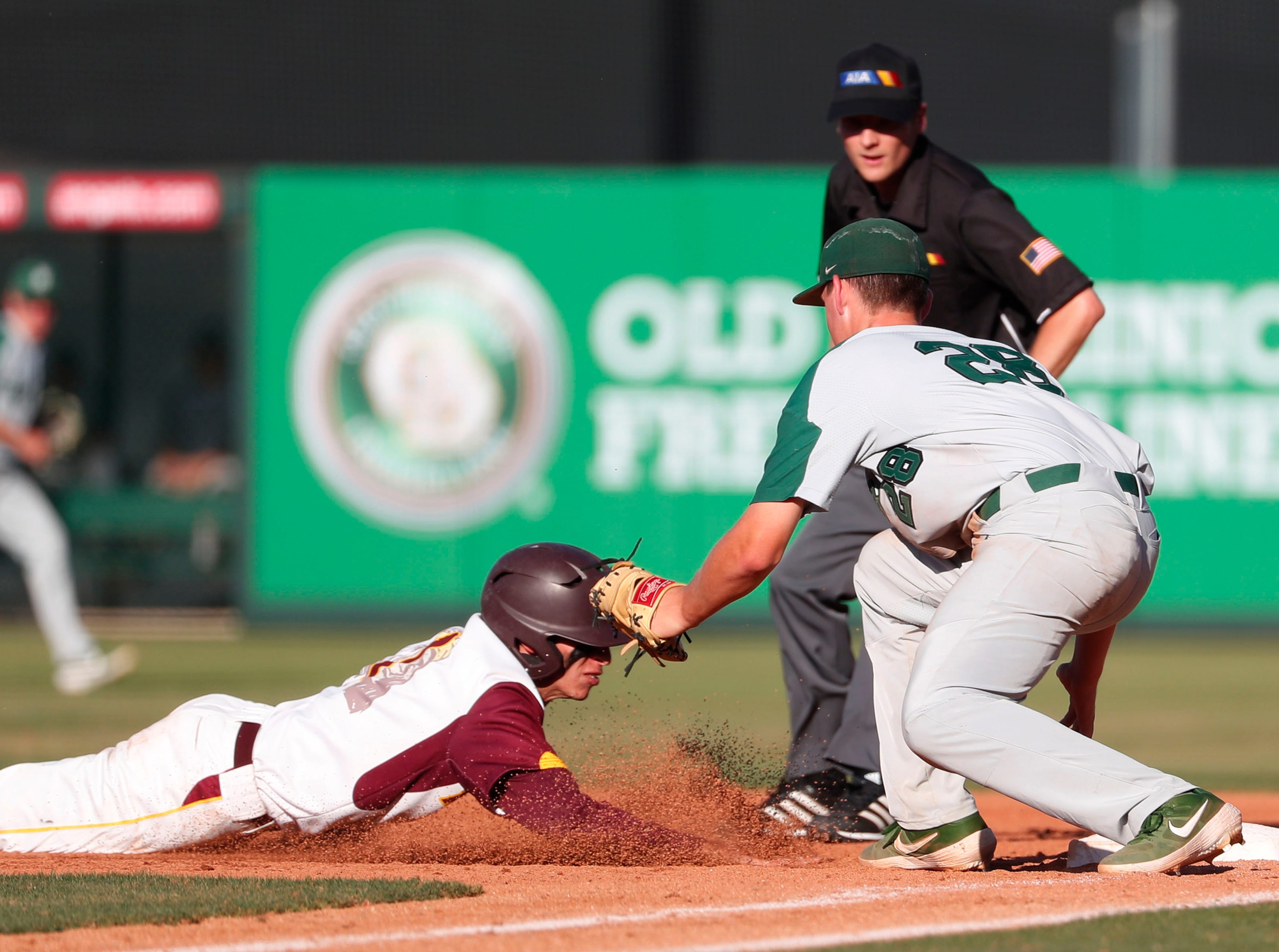 Horizon first baseman Nick Gore (28) tags out Nogales' Luis Rodriguez (1) during the 5A State Baseball Championship in Tempe, Ariz. May 14, 2019.