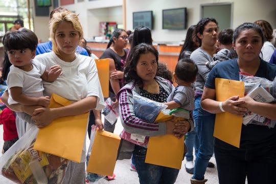 Familias inmigrantes aguardan para saber sobre su situación.