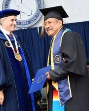 Adolfo González recibe su diploma el día sábado 18 de mayo de 2019.