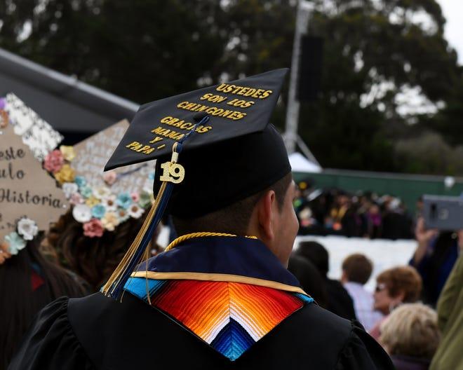 Un birrete de graduación en la graduación del College of Arts, Humanities and Social Sciences de CSUMB el día sábado 18 de mayo.