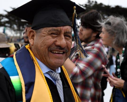 Adolfo González sonríe para la cámara en la graduación del College of Arts, Humanities and Social Sciences de CSUMB el día sábado 18 de mayo de 2019.