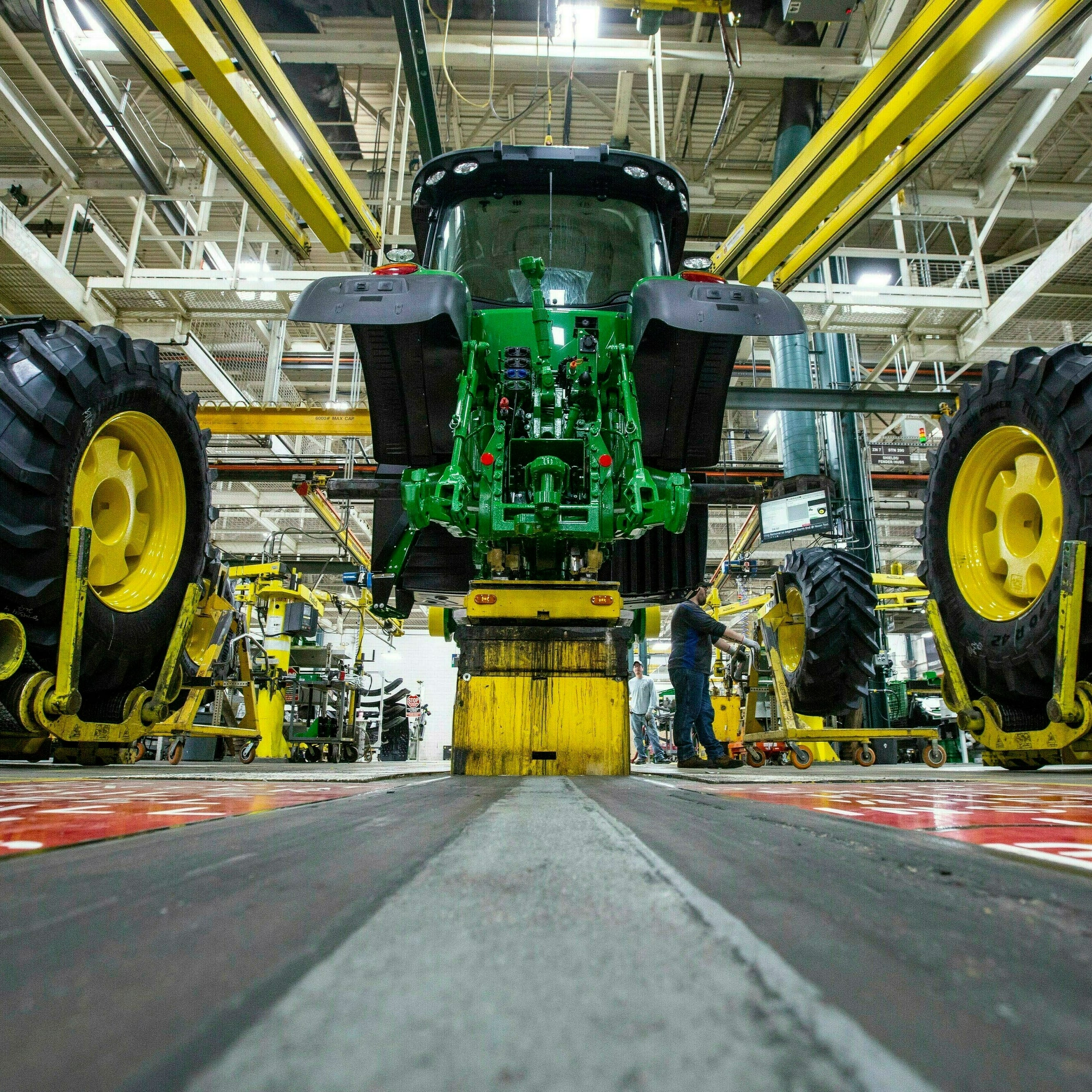 Trade war, heavy rains weigh on Deere & Co.