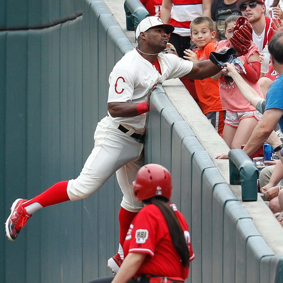 Cincinnati Reds' Yasiel Puig left game with shoulder sprain, hopes to avoid IL stint