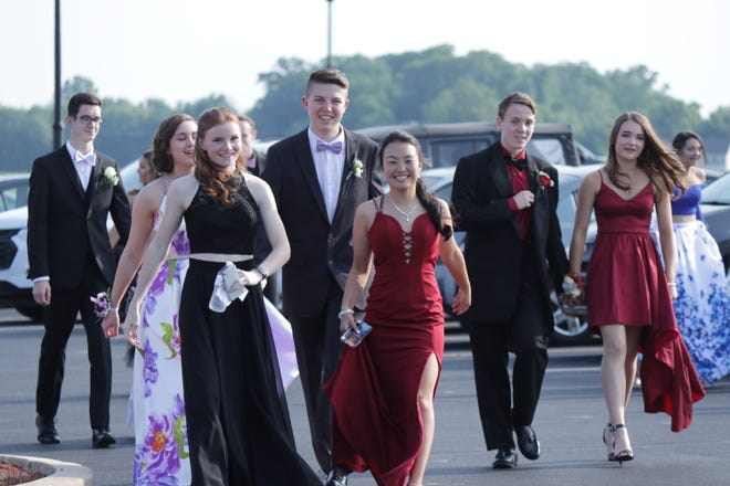 South Western High's Mustangs arrive for their 2019 prom Saturday, May 18. Murphy Altland photo