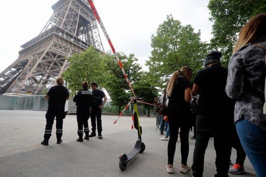 El acceso a la Torre Eiffel de París tuvo que ser cerrado por culpa de un intruso que intentó escalarla.