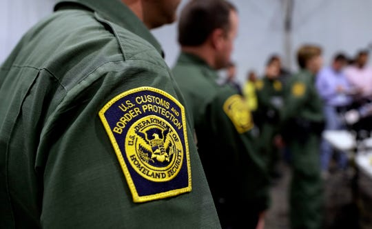 Oficiales de la Patrulla Fronteriza recorren uno de los centros para inmigrantes en Donna, Texas.