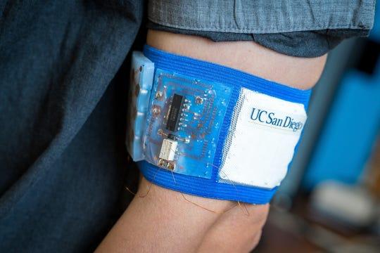 Un parche con un circuito eléctrico colocado alrededor de un brazo permite regular la temperatura del cuerpo independientemente de la ambiental.