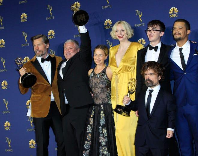 El elenco de Game of Thrones posa con el Emmy a Mejor Serie Dramática durante la ceremonia anual de los Primetime Emmy Awards el 17 de septiembre de 2018.