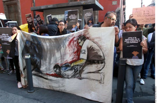 Activistas en México protestan por la detención de migrantes centroamericanos.