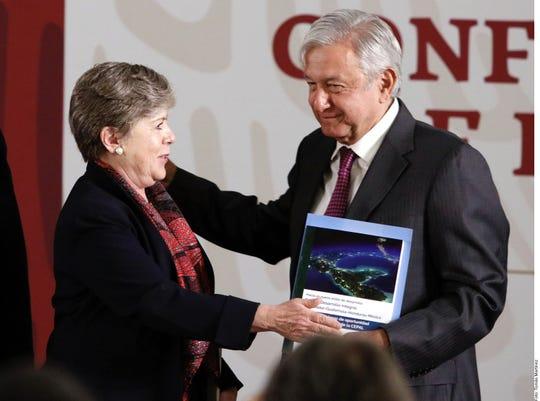 Alicia Bárcena (izq.), secretaria ejecutiva de la Cepal, presentó el plan en la conferencia matutina del Presidente Andrés Manuel López Obrador (der.).