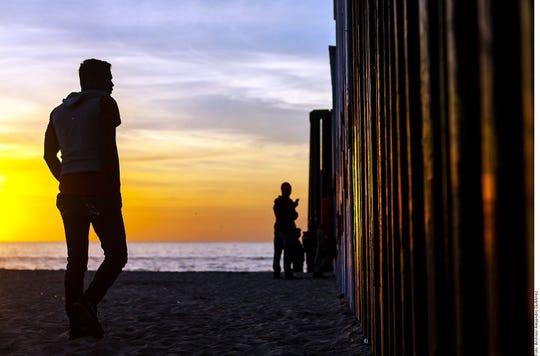 Muchos migrantes quedan 'varados' en el lado mexicano, ante la dificultad de cruzar a EEUU.