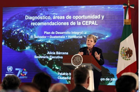 La secretaria ejecutiva de la Comisión Económica para América Latina y el Caribe (Cepal), Alicia Bárcena (al atril), indicó que la región necesita destinar 25 por ciento de su PIB para inversión en infraestructura y desarrollo.