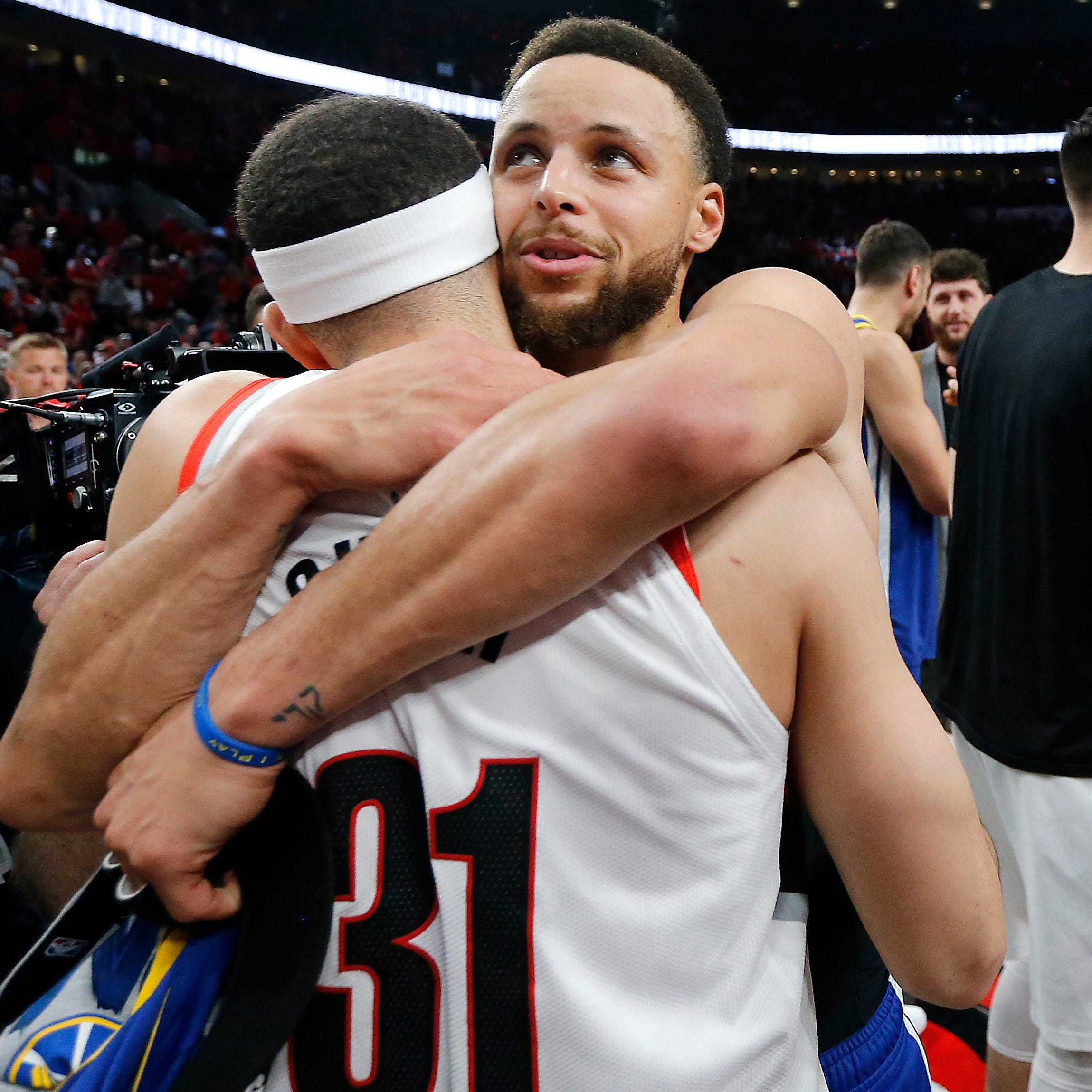 Stephen Curry hugs brother Seth Curry.