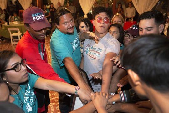 Carlos García (izquierda-centro), candidato a concejal por el Distrito 8 de Phoenix, celebra junto con sus voluntarios los resultados preliminares en Rancho Corona, lugar donde tuvo su noche de celebración.