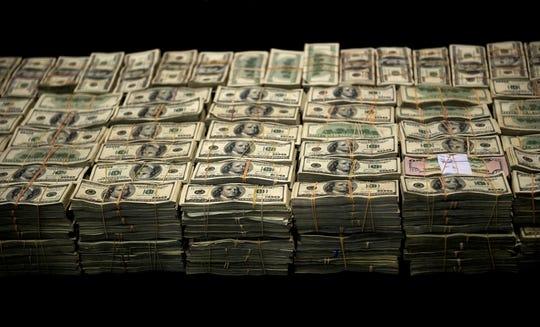 Foto de varios fajos de billetes confiscados al crimen organizado.