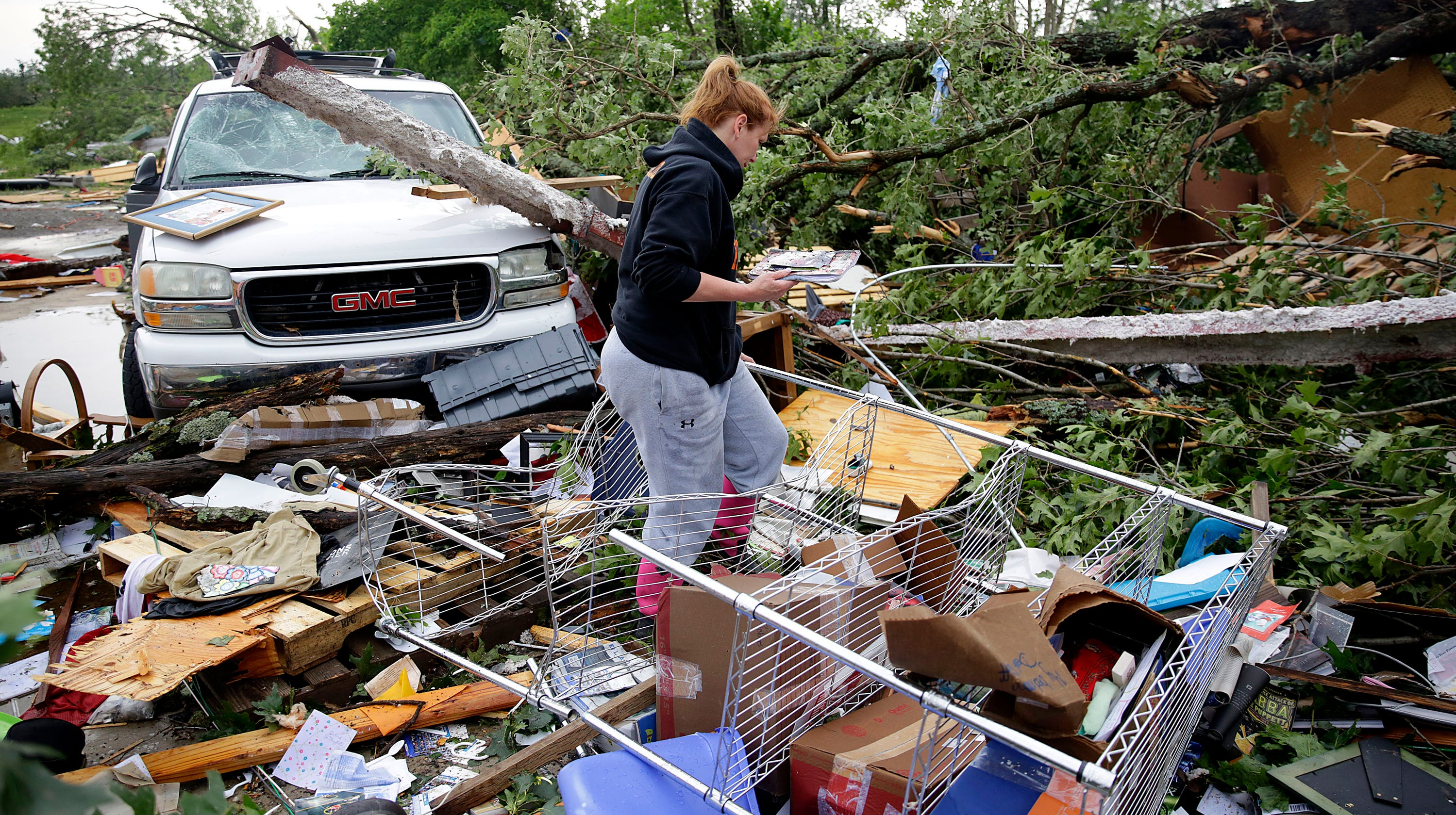 4 dead as killer tornadoes, floods slam Central US