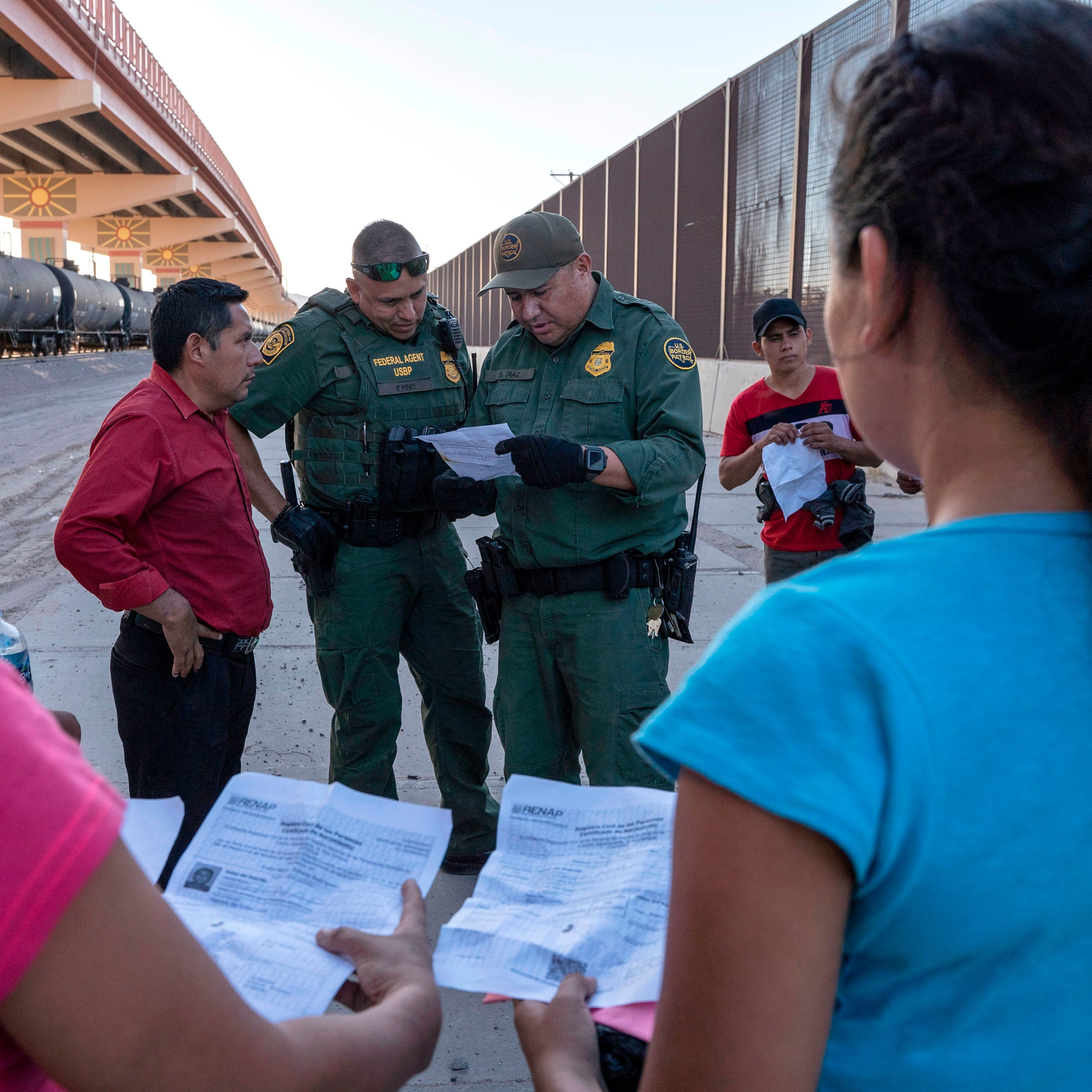 Lejos de la frontera, ciudades de EEUU lidian con migrantes