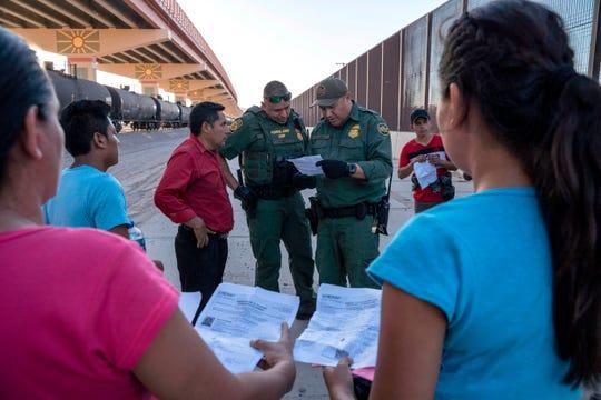 Agentes de la Patrulla Fronteriza auxilia a migrantes.