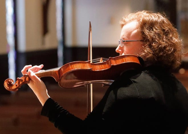 Valerie Arsenault performs the baroque violin.