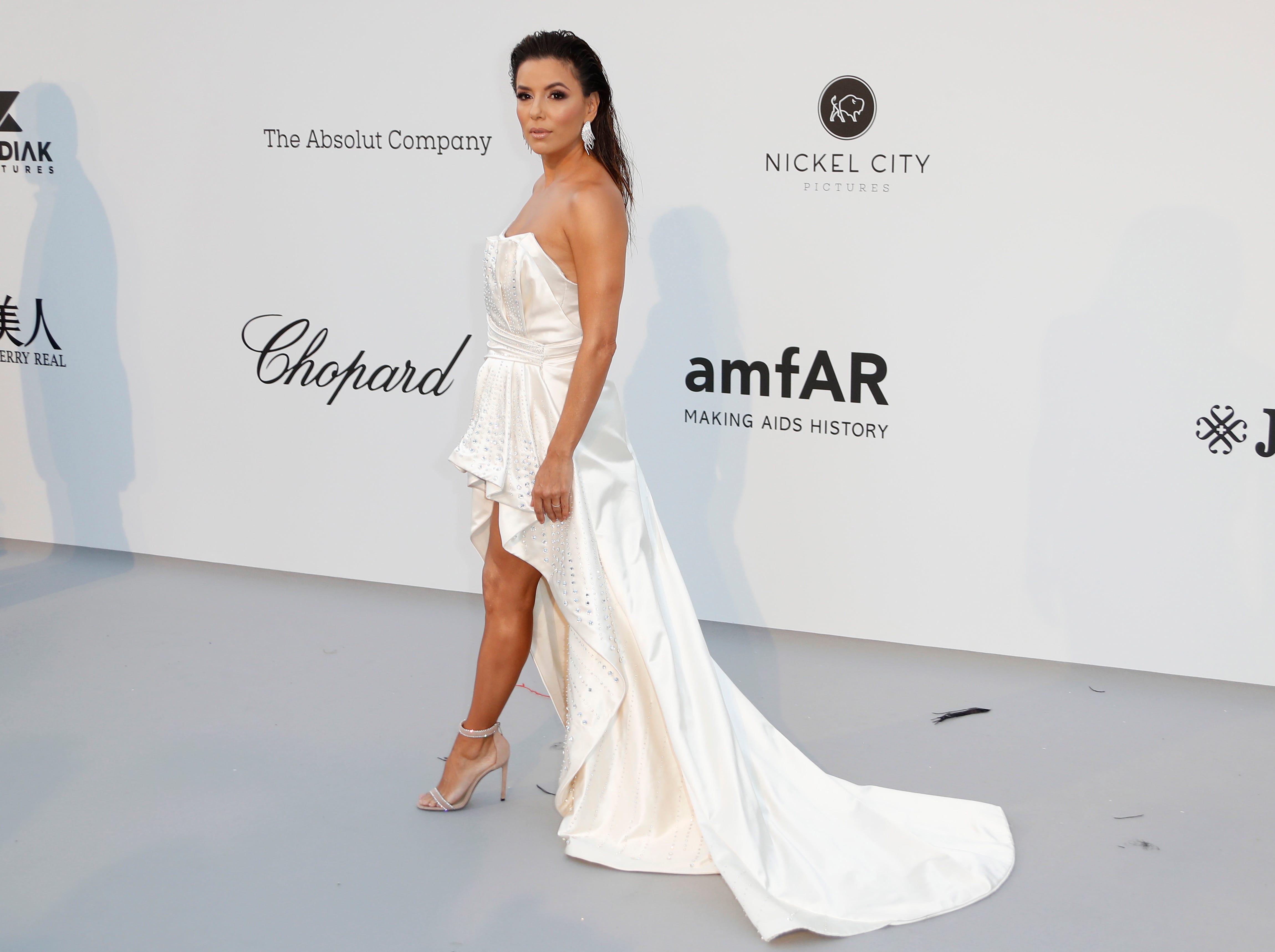 epa07595203 US actress Eva Longoria attends the Cinema Against AIDS amfAR gala 2019 held at the Hotel du Cap, Eden Roc in Cap d'Antibes, France, 23 May 2019, within the scope of the 72nd annual Cannes Film Festival that runs from 14 to 25 May.  EPA-EFE/SEBASTIEN NOGIER