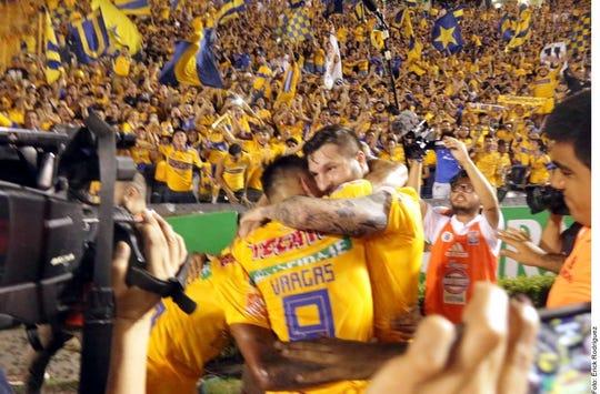 Gignac y Edu Vargas celebran el tanto ante el León.