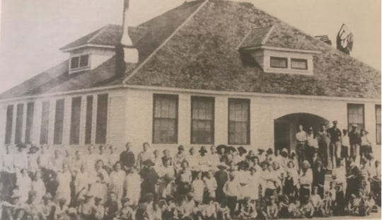The students and faculty of the Lake View School around 1920.