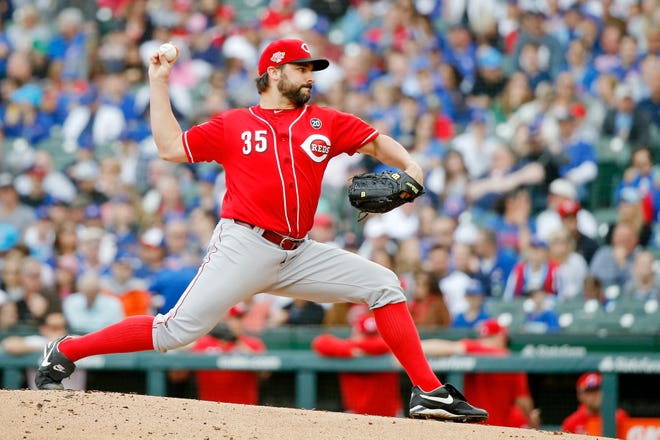 Cincinnati Reds starting pitcher Tanner Roark (35) pitches against the Chicago Cubs during the first inning at Wrigley Field.