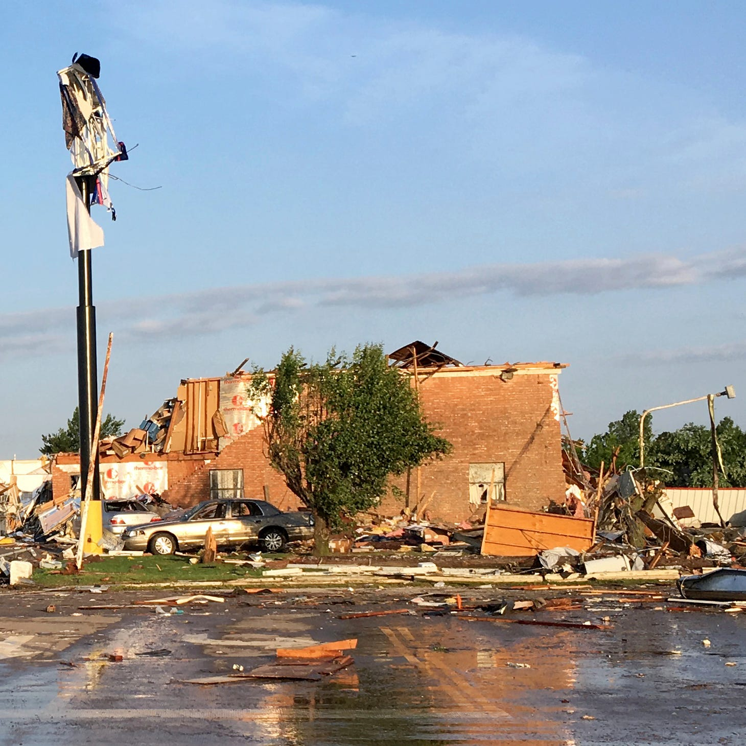 Tornado tears through Oklahoma town, killing 2, injuring 29