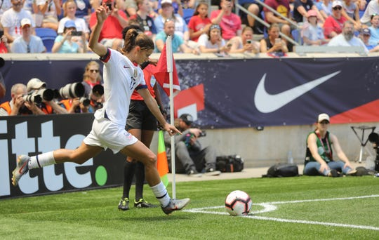 Tobin Heath gets ready to hit a corner kick during the first half. Sunday, May 26, 2019