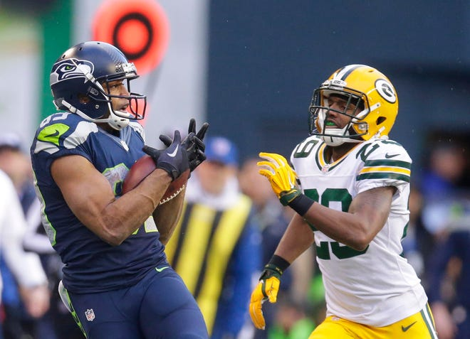 Seattle Seahawks wide receiver Doug Baldwin (89) hauls in a first down catch in overtime at the 35-yard line while being defended by Green Bay Packers cornerback Casey Hayward (29) during the Seattle Seahawks 28-22 overtime win over the Green Bay Packers to win the NFC Championship on Jan. 18, 2015.