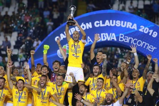Guido Pizarro alza el trofeo de campeón.