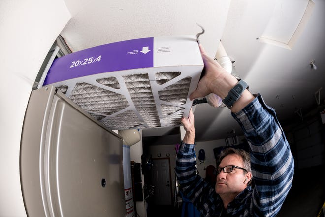 Thick furnace filter demonstration by a handyman