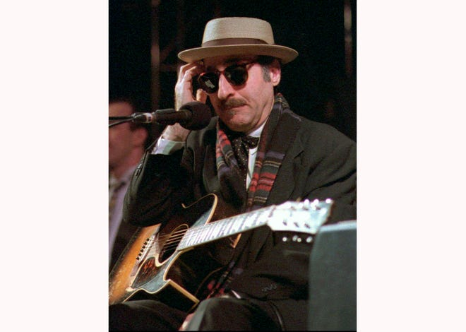 Leon Redbone, the acclaimed singer and guitarist who performed jazz, ragtime and Tin Pan Alley-styled songs, died Thursday, according to his family.
