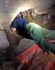 Un Policía Federal en México muestra la entrada incompleta del narco túnel.